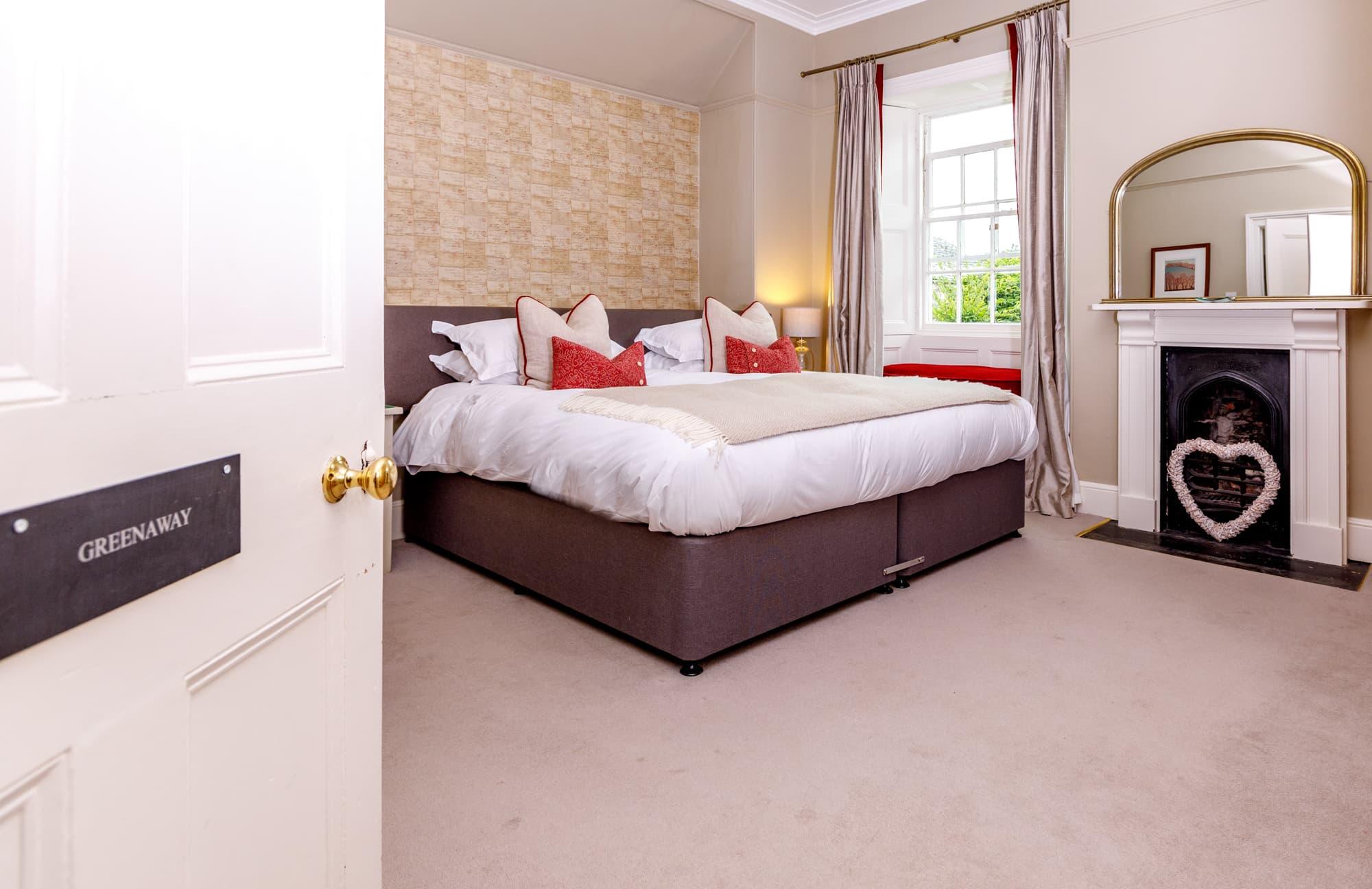 Greenaway - Bedroom and door 2-pichi