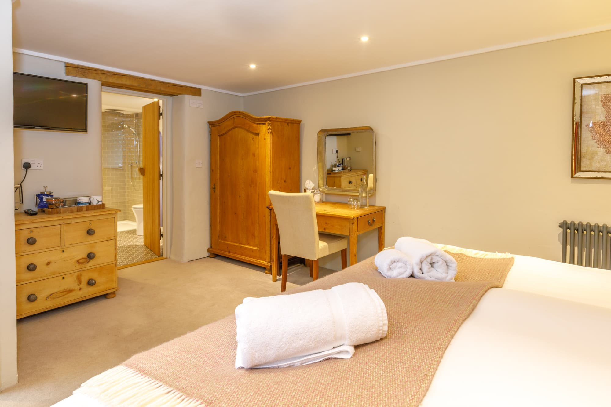 Harlyn - bedroom & bathroom HERO-pichi