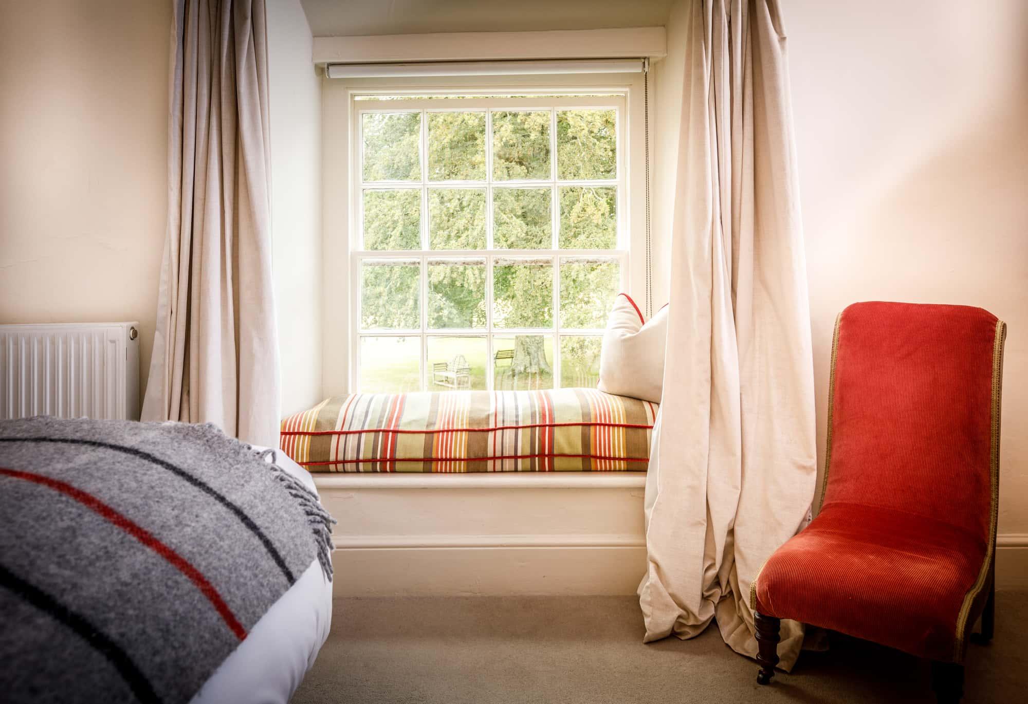 Lundy - window seat-pichi