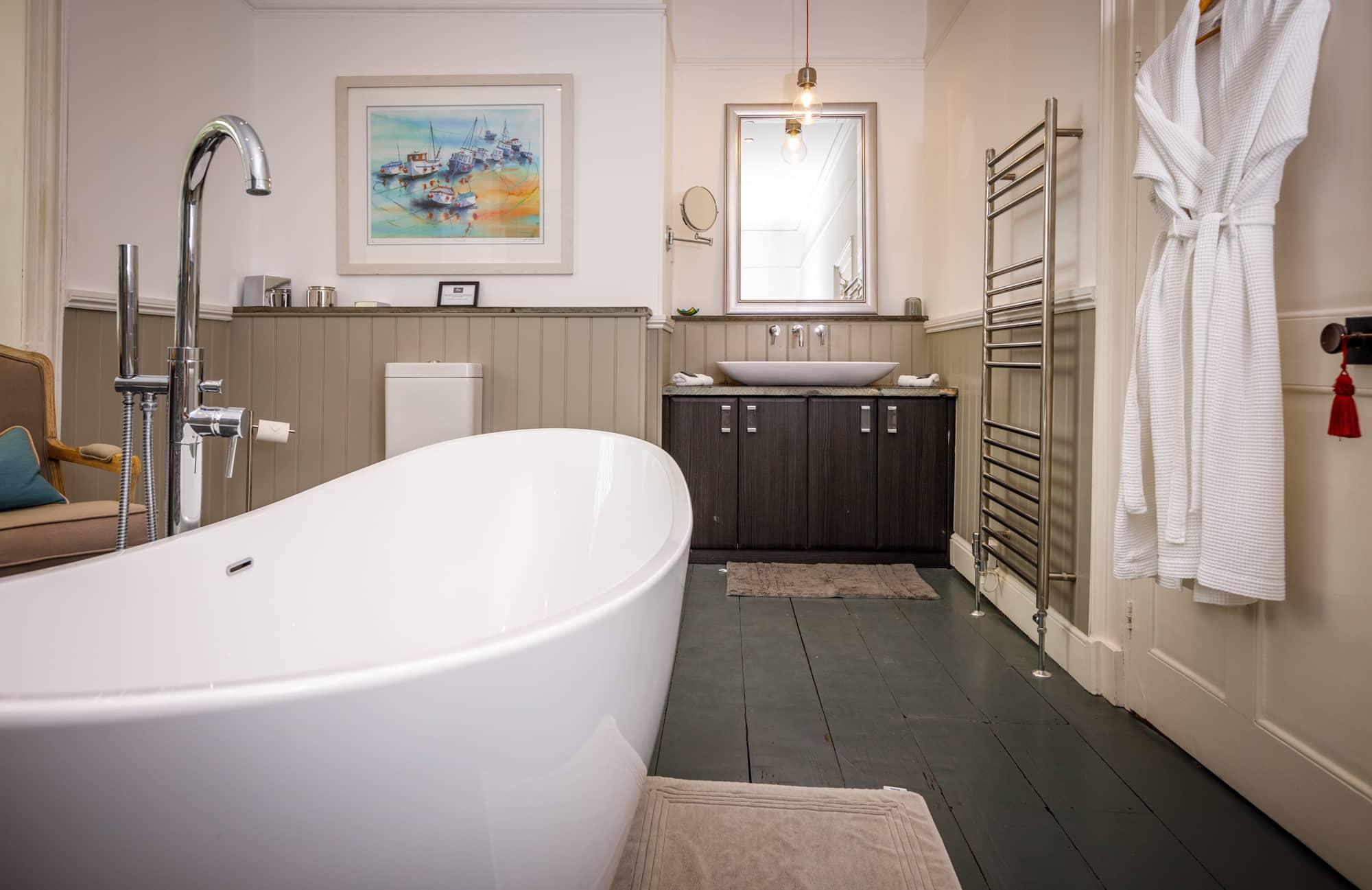 Porthilly - ensuite bath & sink-pichi