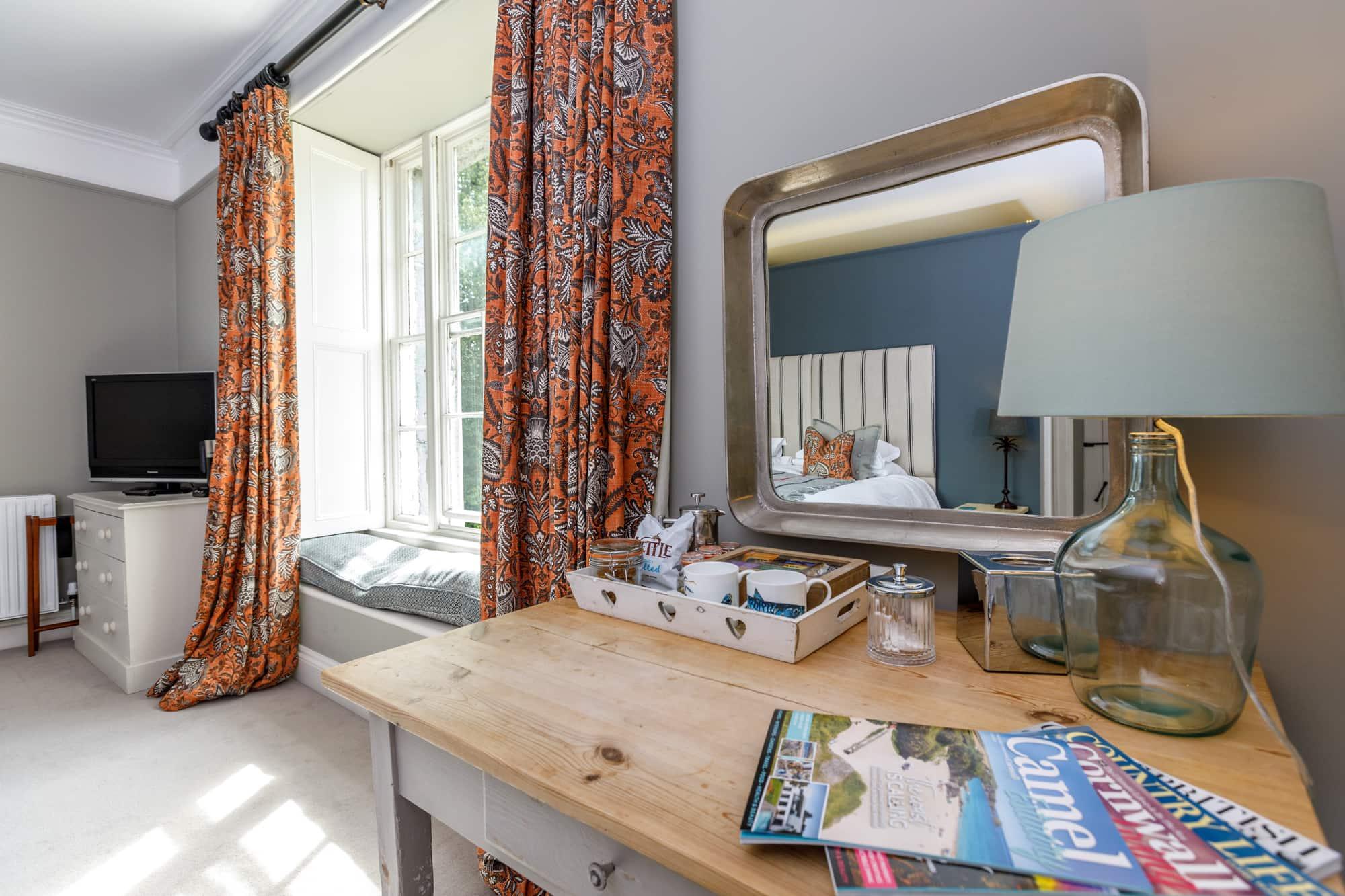 Trevone - Desk and window-pichi